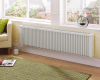 Voorbeeld van een liggende elektrische radiator in een woonkamer. Getoond model: Liggende elektrische radiator 1200 Watt.