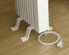 De standvoeten zijn eenvoudig te monteren zonder gereedschap en boren of schroeven. De standvoeten worden in de lamellen van de radiator geschoven. De kunststof beschermhoezen zorgen ervoor dat de coating van de radiator niet beschadigt. De afstand tussen de vloer en radiator is 7,0 cm.