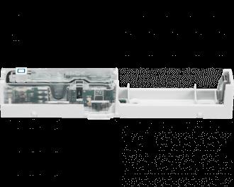 De sensor werkt gemiddeld 1 jaar op een AAA mini penlite batterij. De batterij wordt meegeleverd. Links boven de optische sensor is de ingebouwde sabotage schakelaar te zien.