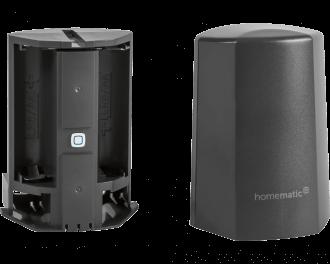 De sensor werkt gemiddeld 2 jaar op twee AA penlite batterijen. De batterijen worden meegeleverd.